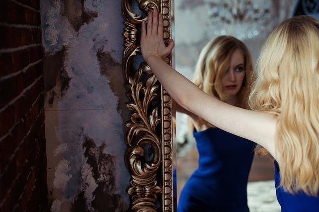 blondýna v zrcadle.jpg