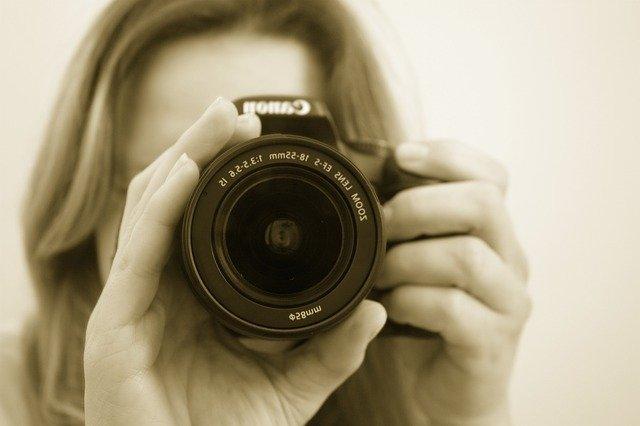 žena s fotoaparátem