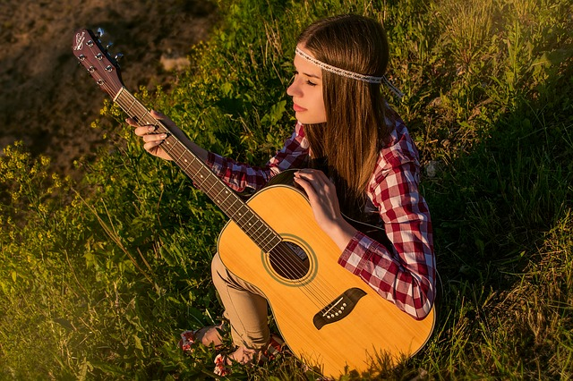 děvče s kytarou