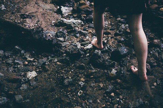 bosé nohy na kamenech